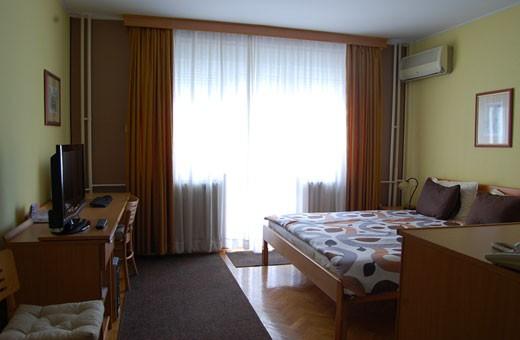 Room 1/2 queen bed, Voyager bed&breakfast - Novi Sad